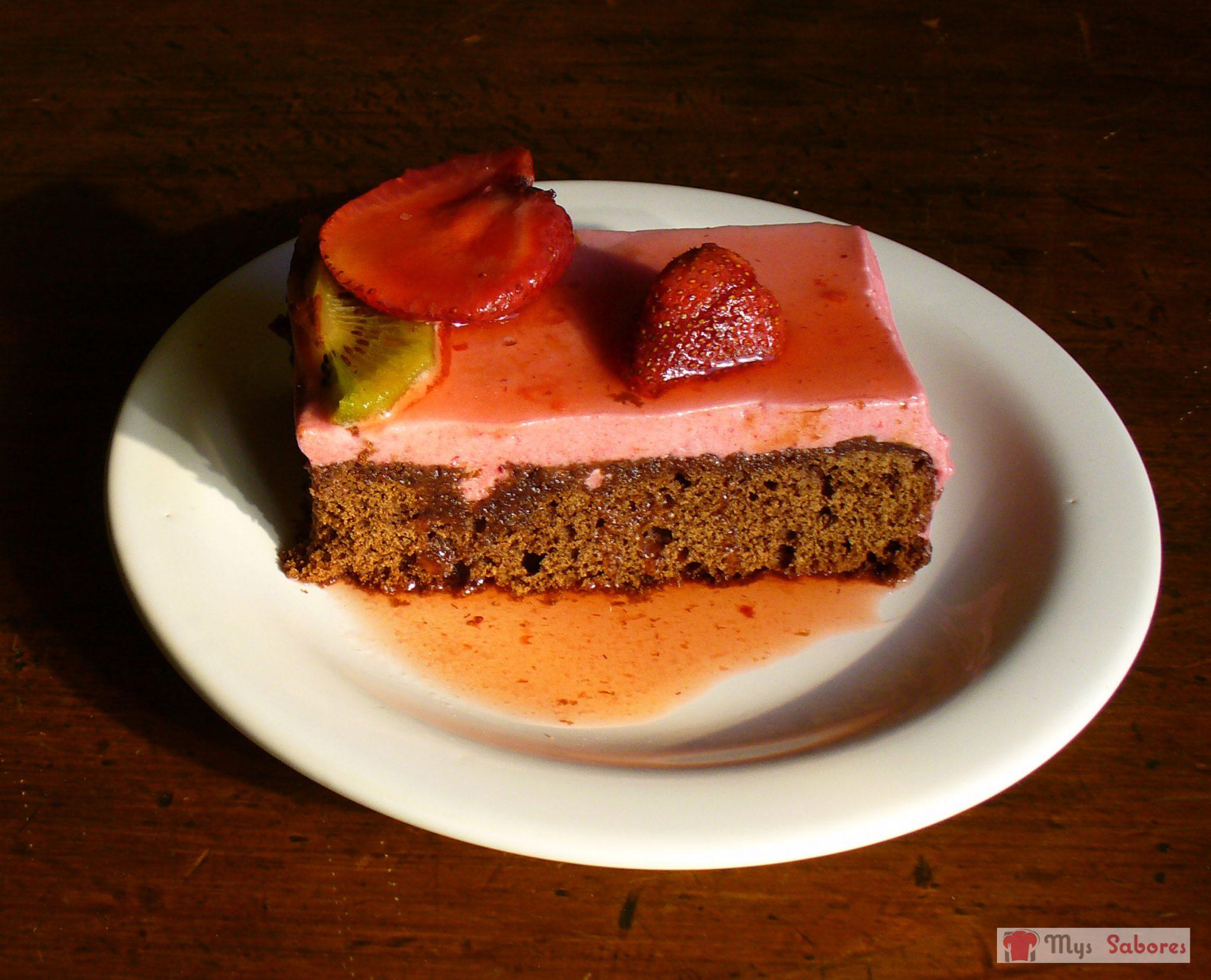 Torta de chocolate y mousse de frutillas